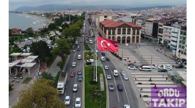 Belediye kavşağına dev Türk bayrağı istiyoruz