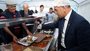 Altınordu Belediyesi her akşam 1200 kişiye iftar veriyor