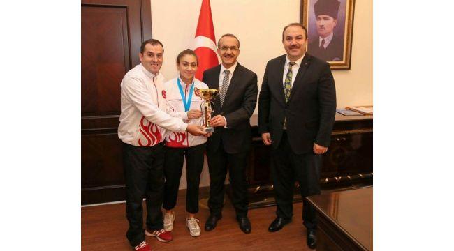 Vali Yavuz şampiyon boksörü ödüllendirdi
