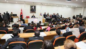 Vali Yavuz vatandaşları dinliyor