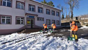 Okul Bahçelerinde Kar Temizliği Yapıldı